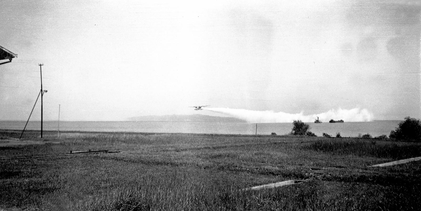 Naam: 4  Tarakan, Fokker T IV oefent het leggen van een rookgordijn, 1938 (1600x802).jpg Bekeken: 511 Grootte: 385,7 KB
