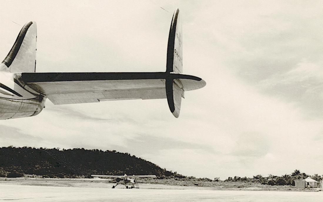 Naam: Kaart 821. Staart KLM Lockheed Super Constellation L-1049 PH-LKS op Biak NNG. Beaver van Kroondu.jpg Bekeken: 354 Grootte: 79,7 KB