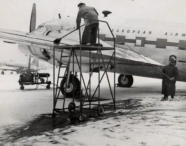 Naam: c2  Kilfrost on BEA  1950  spuit en bezem.jpg Bekeken: 403 Grootte: 57,8 KB