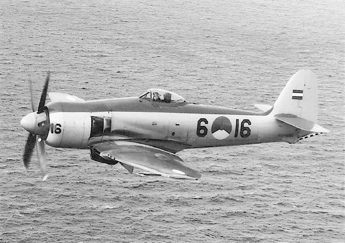 Naam: #352. '6-16' (= 'F-16', eerder 'J-16'). Hawker Seafury FB.Mk.60. 1100 breed.jpg Bekeken: 213 Grootte: 165,3 KB