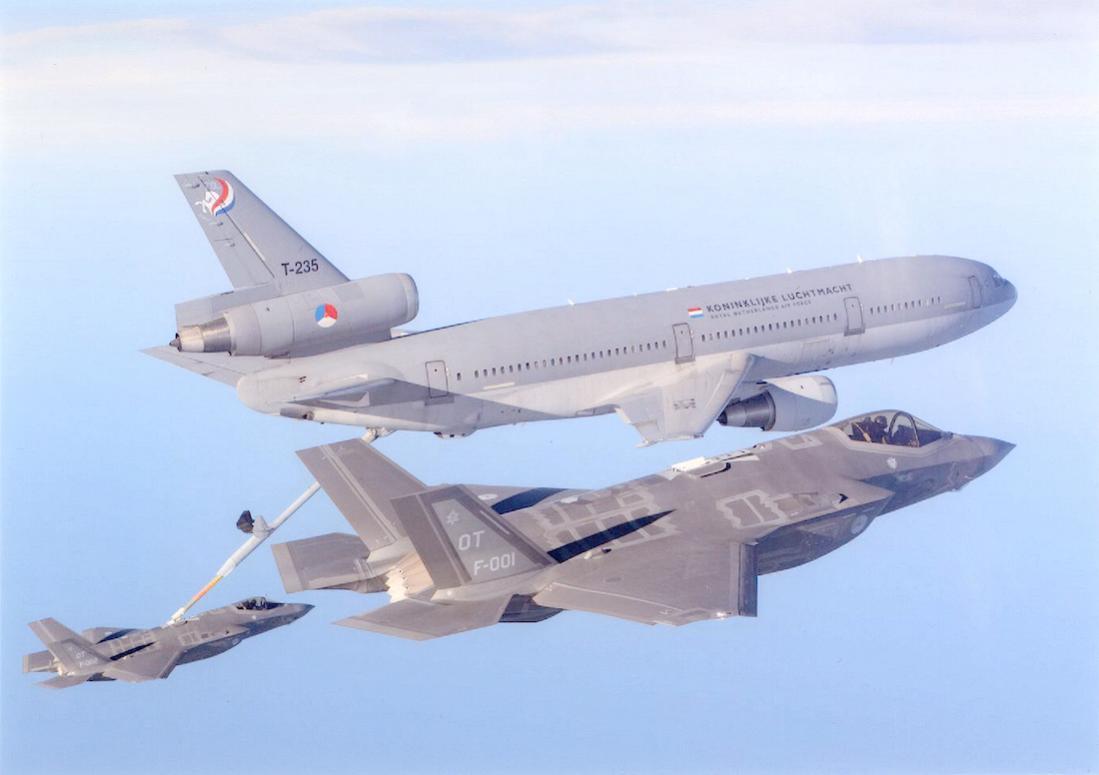 Naam: Foto 218. KDC-10 + F-35A. 1100 breed.jpg Bekeken: 196 Grootte: 52,7 KB