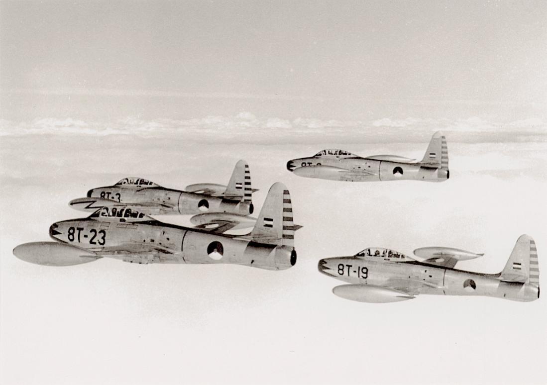 Naam: Foto 222. BT-3, BT-6, BT-19 en BT-23. Republic F-84G's van het demonstratieteam %22The Red Noses.jpg Bekeken: 39 Grootte: 63,9 KB