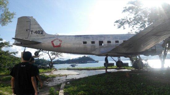 Naam: DC 3 - Bitung , Indonesia..jpg Bekeken: 1048 Grootte: 37,9 KB
