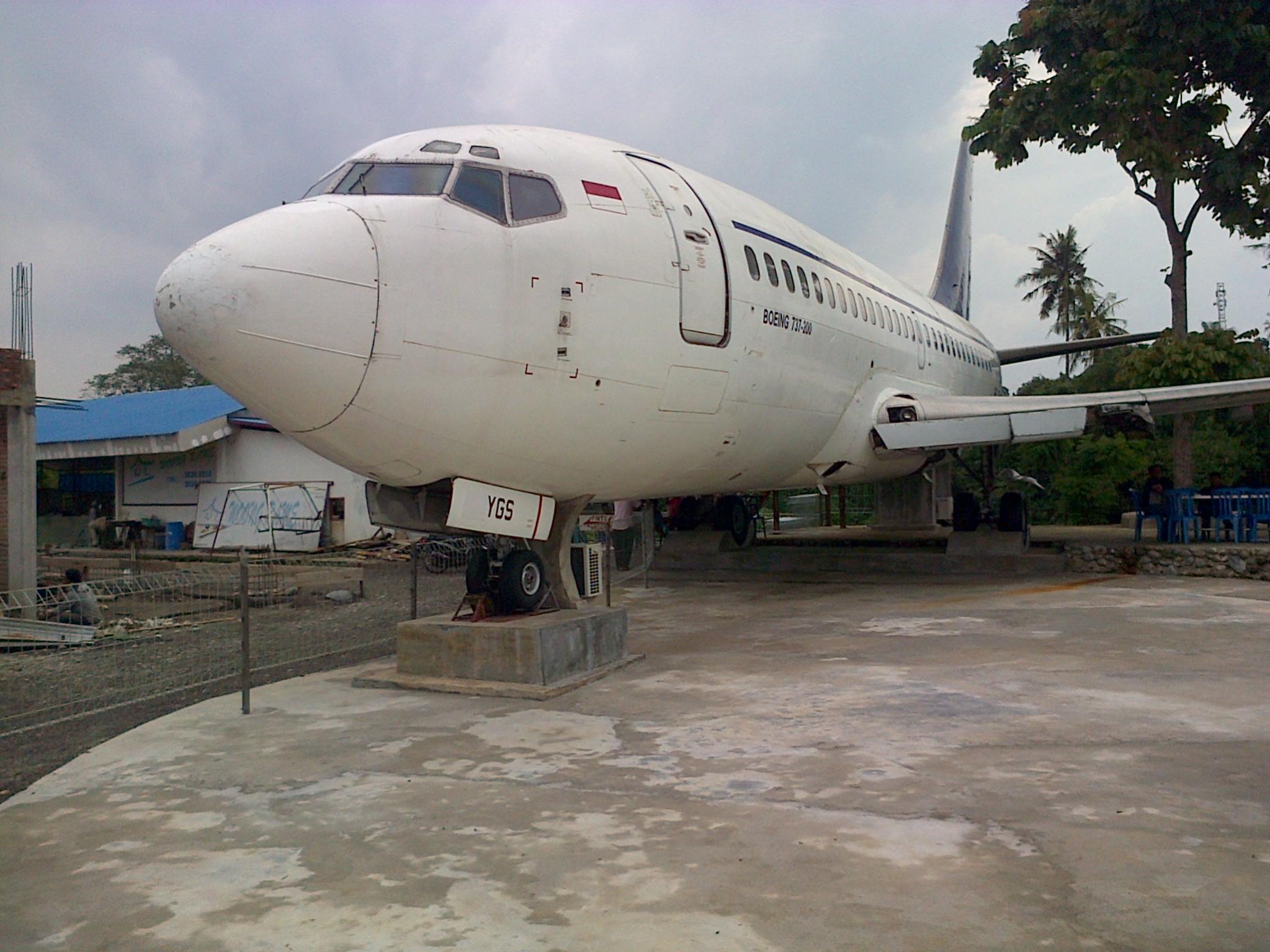 Naam: Boeing 737  200 - Tanjung Morawa , Sumatra.jpg Bekeken: 316 Grootte: 304,5 KB