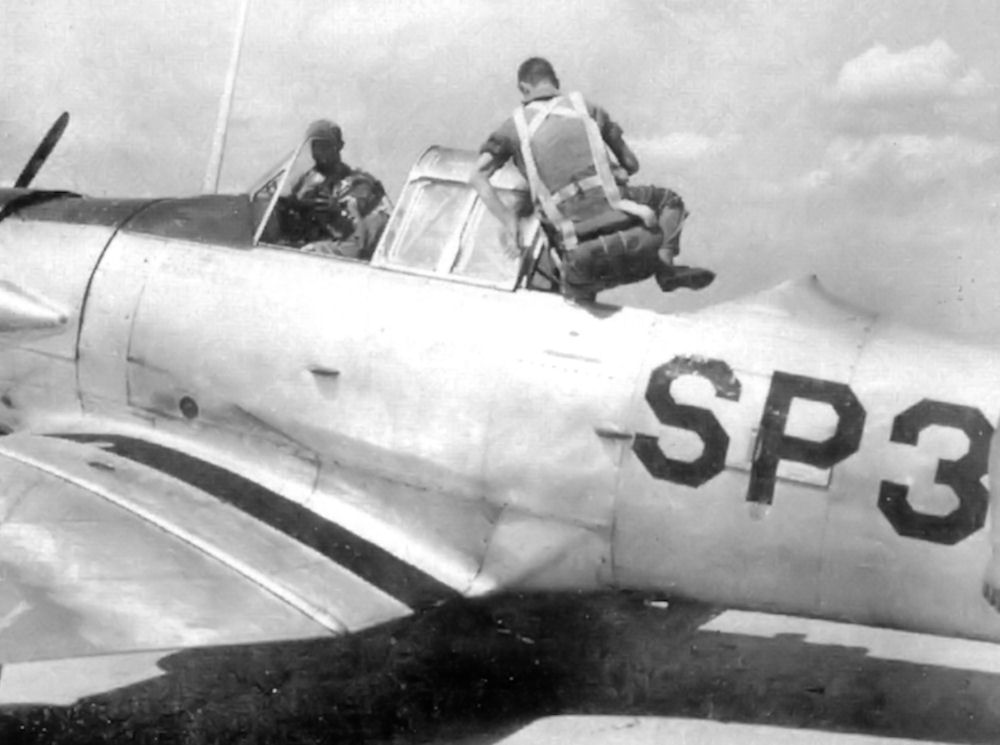 Naam: Spence_Army_Airfield_-_AT-6_Texan_with_student_and_instructor.jpg Bekeken: 406 Grootte: 70,3 KB