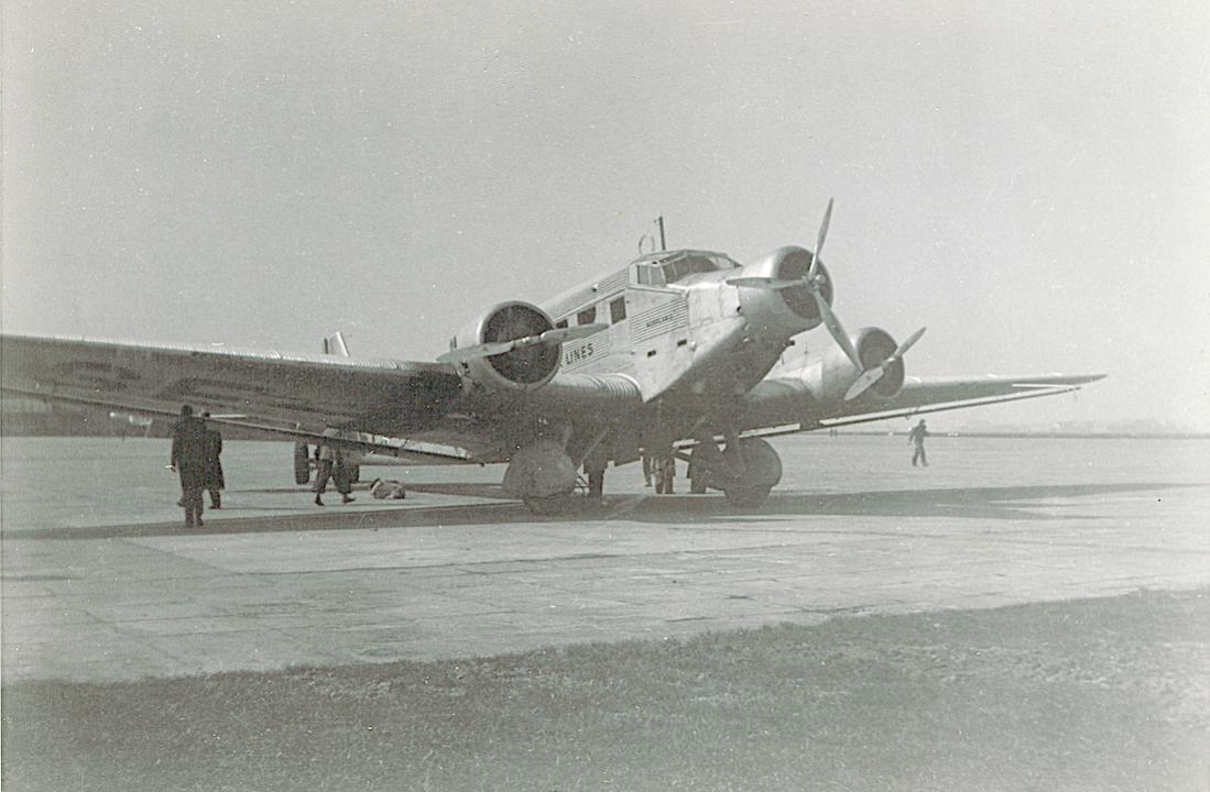Naam: Foto 1. SE-ABA. Junkers Ju 52. Grotere afdruk. Schiphol 28.3.1937, 400 dpi.jpg Bekeken: 1017 Grootte: 92,5 KB