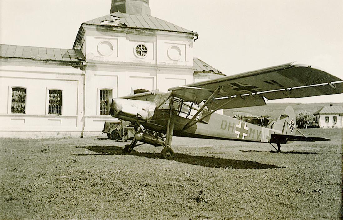 Naam: Foto 528. DH+MV. Fieseler Fi 156 Storch (Werknr. 5134). Kur.K.Finland : Kurierkette AOK Norwegen.jpg Bekeken: 87 Grootte: 146,9 KB