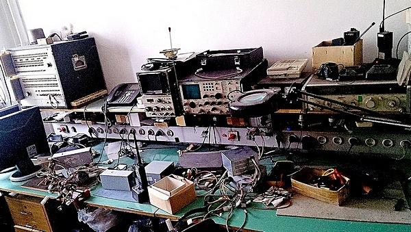 Naam: Radio Repair Bench.jpg Bekeken: 362 Grootte: 160,7 KB
