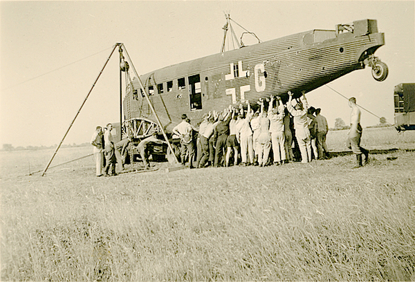 Naam: Foto 105. Geen tekststrip. Bergen van de Junkers Ju 52:3m '1Z+GX' van KGzbV 1 (v.a. 6:39, daarvo.jpg Bekeken: 380 Grootte: 438,1 KB