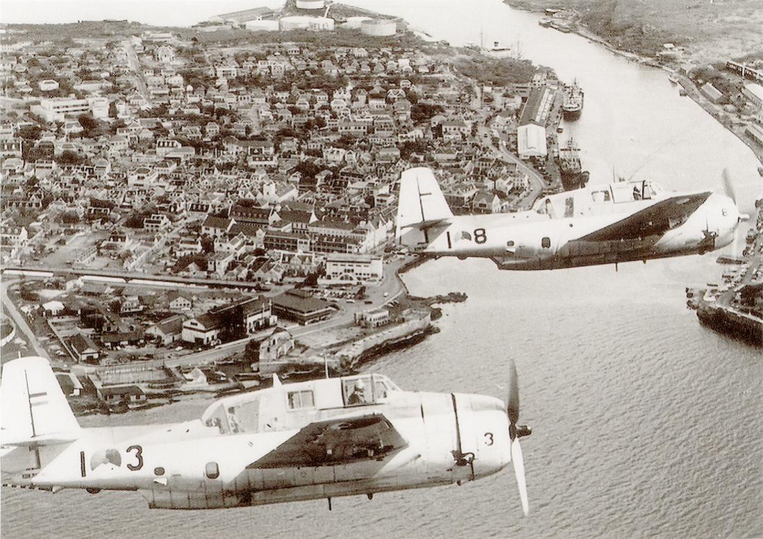 Naam: Foto 'A-3' en 'A-8'. Grumman TBM-3S2 Avenger boven Sint Annabaai richting Punda. 1100 breed.jpg Bekeken: 207 Grootte: 189,4 KB