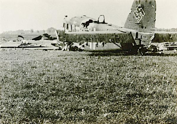 Naam: Foto 84. Door pantserwagen kapotgeschoten Junkers transportvliegtuig. 600 breed.jpg Bekeken: 180 Grootte: 71,0 KB