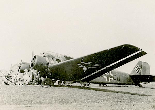 Naam: Foto 86. Door pantserwagen kapotgeschoten J.U. 52 transportvliegtuig. Omtrek Ypenburg. Niet zeke.jpg Bekeken: 171 Grootte: 403,5 KB