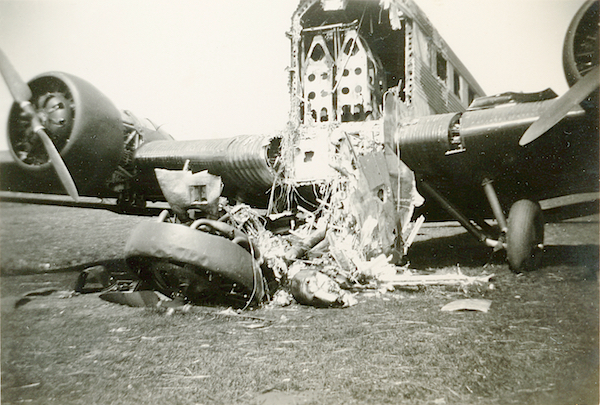 Naam: Foto 88. Door pantserwagen kapotgeschoten J.U. 52 transportvliegtuig. Omtrek Ypenburg. 600 breed.jpg Bekeken: 143 Grootte: 382,7 KB