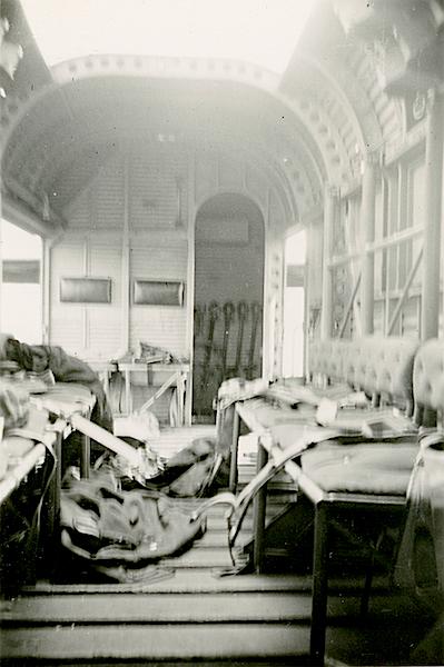 Naam: Foto 90. Interieur J.U. 52. Men ziet uitrustingsstukken verspreidt liggen. 600 hoog.jpg Bekeken: 145 Grootte: 340,9 KB
