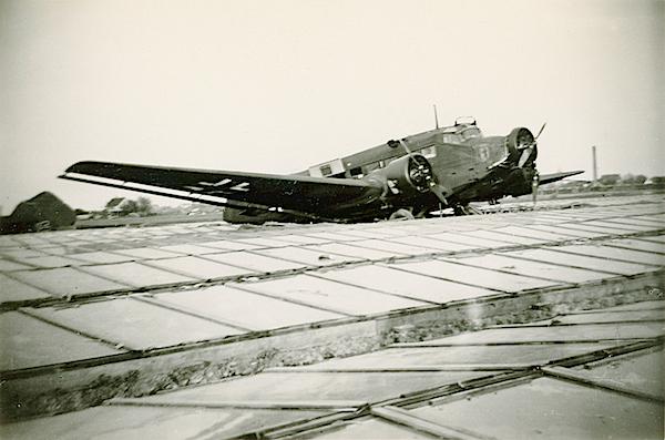 Naam: Foto 93. Ju 52 van KGzbV 1. Tekst bij foto, Op de broeikassen gedaalde J.U. 52 transportvliegtui.jpg Bekeken: 132 Grootte: 345,1 KB