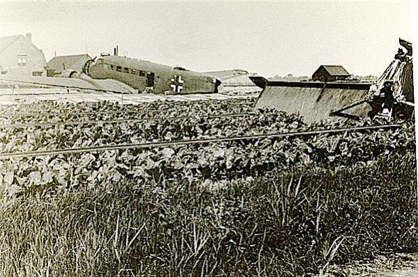 Naam: Foto 94. Ju 52 van KGzbV 1. Tekst bij foto. Na landing op de broeikassen met afgebroken staart. .jpg Bekeken: 96 Grootte: 83,5 KB
