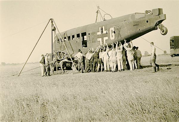 Naam: Foto 105. Geen tekststrip. Bergen van de Junkers Ju 52:3m '1Z+GX' van KGzbV 1 (v.a. 6:39, daarvo.jpg Bekeken: 200 Grootte: 438,1 KB