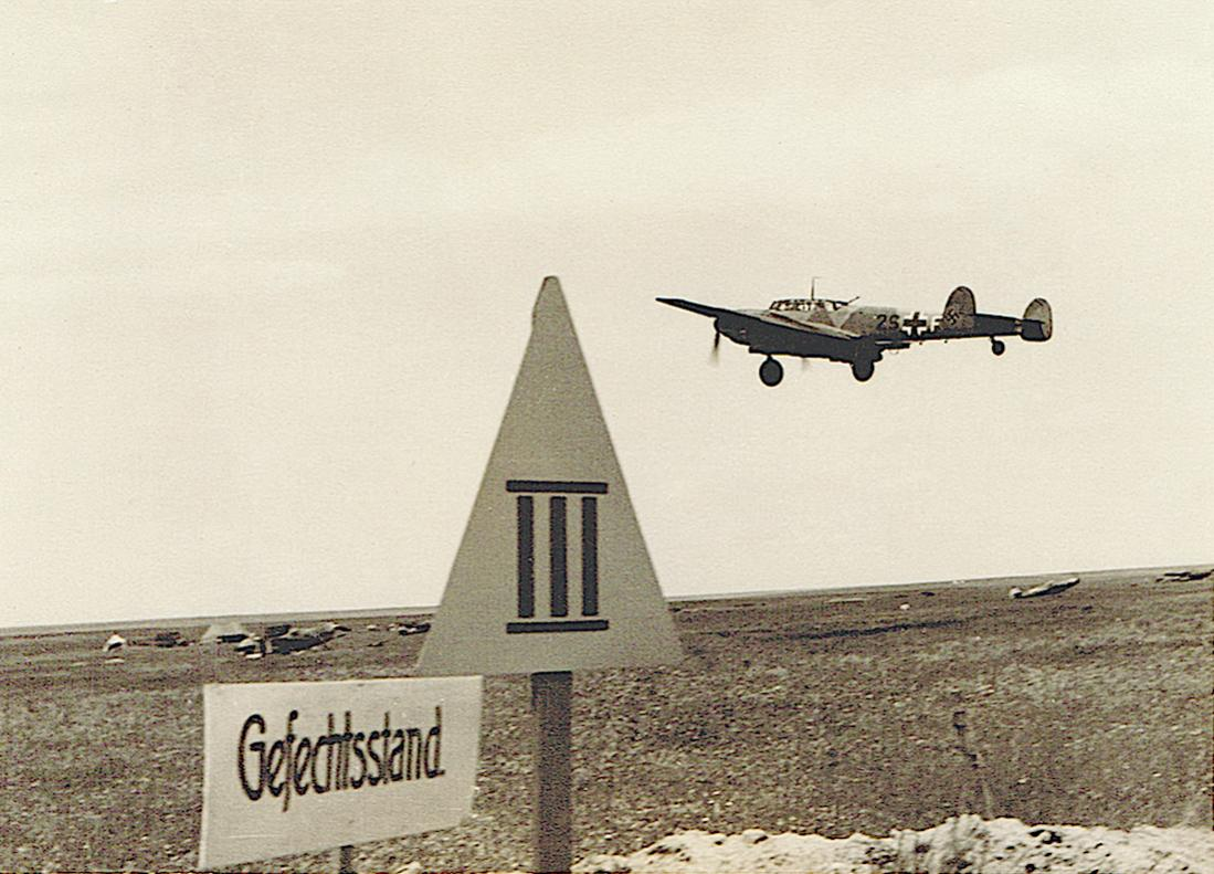 Naam: Foto 502. Gefechtsstand en Messerschmitt Bf 110E-1 '2S+FM' van ZG 2 (Zweitaufstellung 4:42–12:42.jpg Bekeken: 56 Grootte: 121,7 KB