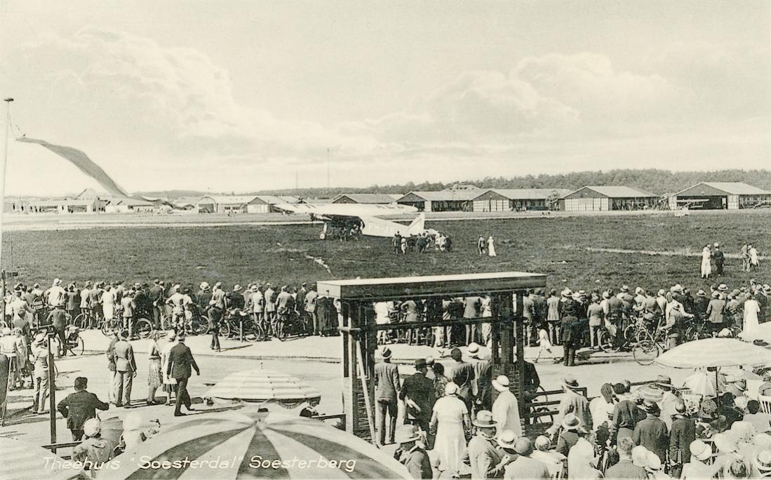 Naam: Kaart 754. Soesterberg, instappen passagiers in KLM toestel PH-AED (H-NAED), Fokker F.VIII. 1100.jpg Bekeken: 31 Grootte: 137,8 KB