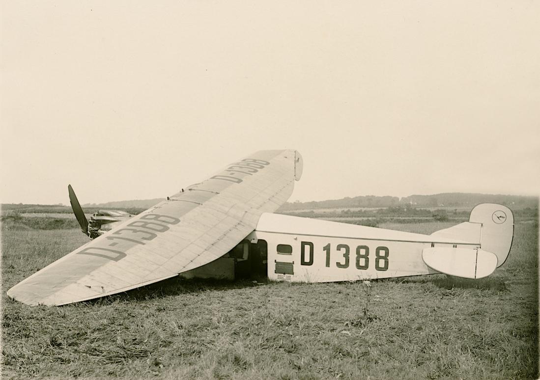 Naam: Foto 432. D-1388 'Möwe', Flugplatz Bremen. Focke-Wulf A 17a. Aus dem Nachlass eines Werksmeister.jpg Bekeken: 421 Grootte: 100,4 KB