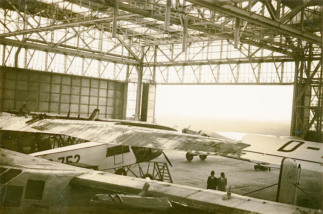 Naam: Foto 438. Hangar met o.a. 'D-752' Fokker-Grulich F.II:F.IIb. 1100 breed.jpg Bekeken: 167 Grootte: 153,9 KB