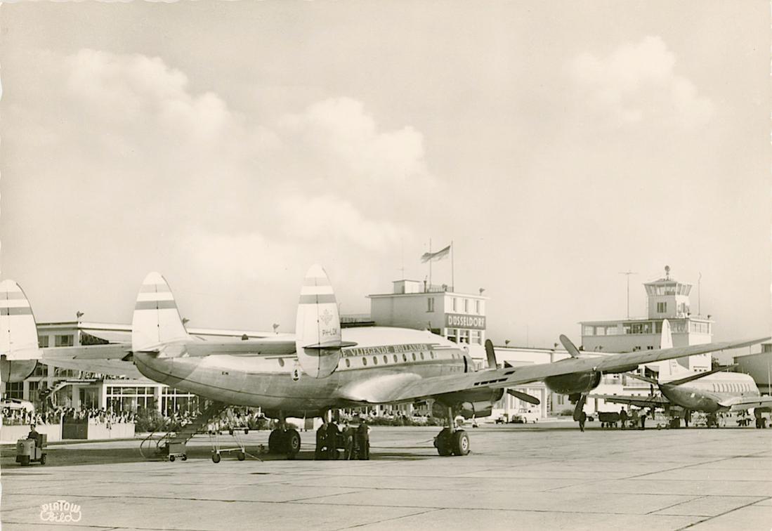 Naam: Kaart 740. PH-LDK 'Amsterdam' (eerder PH-TDK) Lockheed Constellation L-749 op de luchthaven van .jpg Bekeken: 287 Grootte: 77,5 KB