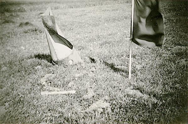 Naam: Foto 116. 1940-05:na 15-5? Tekststrip: Niet ontplofte vliegerbom. Plm. 250 K.G. Op de voorgrond .jpg Bekeken: 129 Grootte: 65,3 KB
