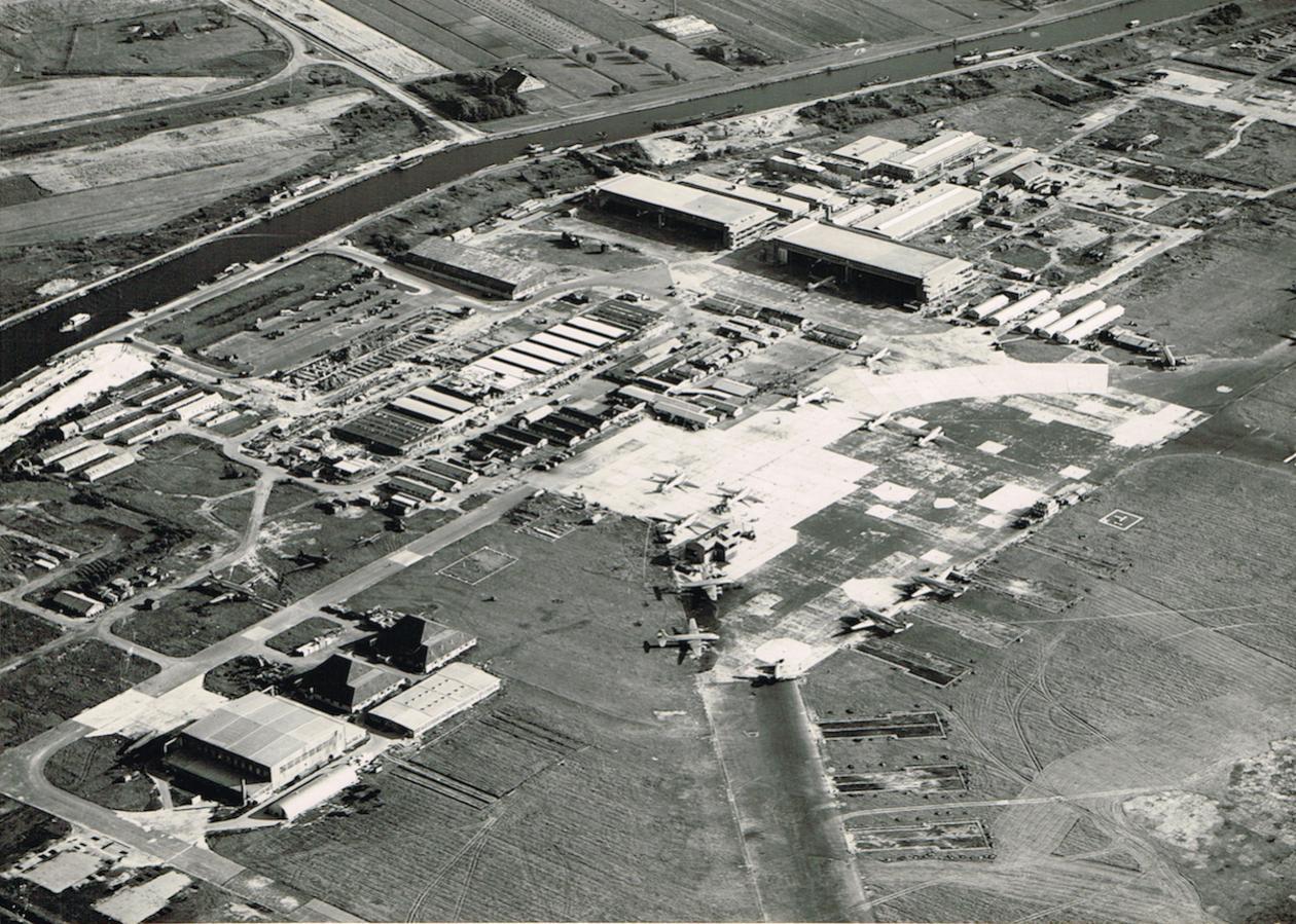 Naam: Afb. 2. Luchtfoto Schiphol augustus 1947 zonder overlay, kopie.jpg Bekeken: 632 Grootte: 250,9 KB