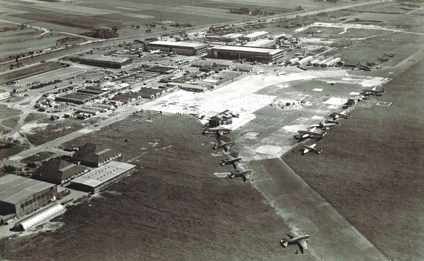 Naam: Afb. 5. Luchtfoto Schiphol 1946-47, neushangar platform nog aanwezig, kopie.jpg Bekeken: 514 Grootte: 223,3 KB