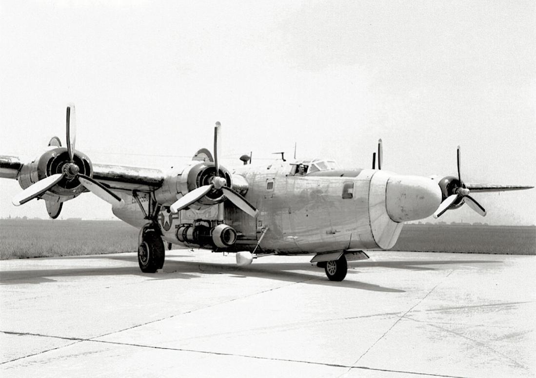 Naam: Foto 641. B-24D from NACA on hangar apron on Glenn Research Center (1949?).jpg Bekeken: 182 Grootte: 88,6 KB