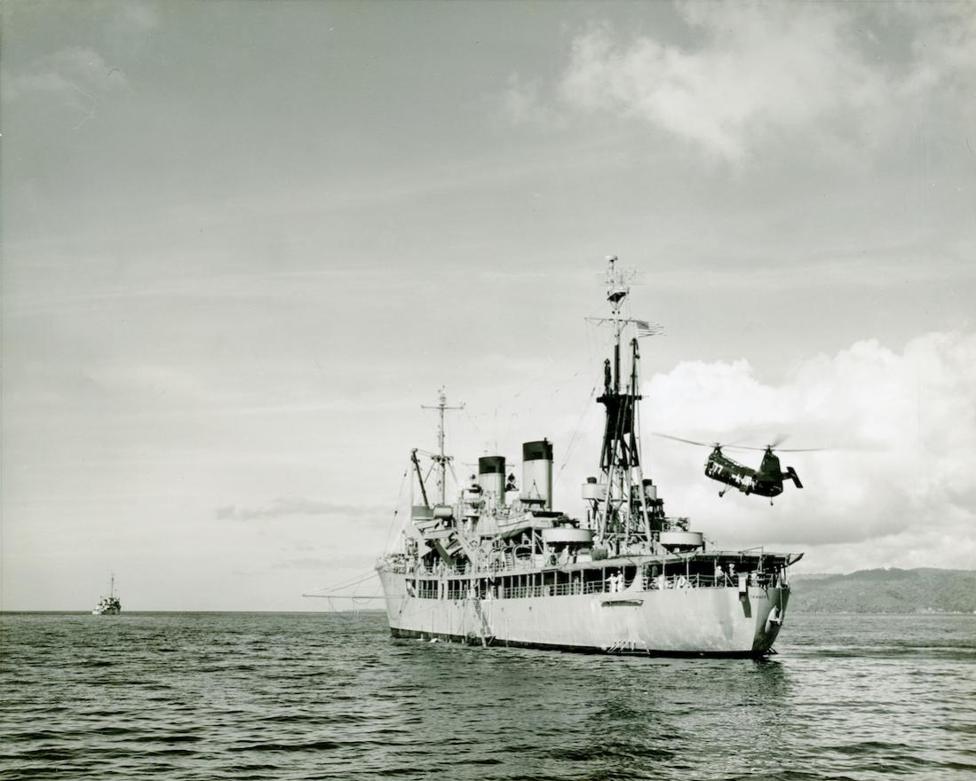 Naam: Foto 780. 14.2.1952. HUP-1 helicopter taking off flight deck USS Tanner (AGS-15). 1100 breed.jpg Bekeken: 168 Grootte: 96,2 KB
