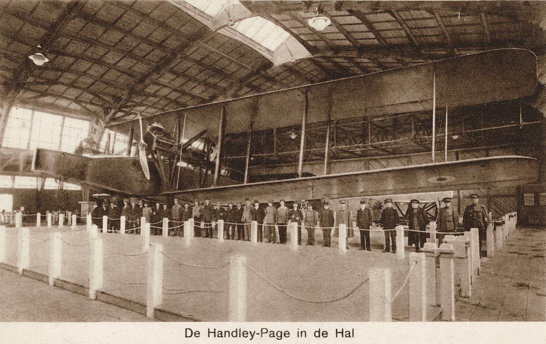 Naam: Kaart 843. ELTA. De Handley-Page in de Hal (met één vleugel ingeklapt). 1100 breed.jpg Bekeken: 63 Grootte: 161,5 KB