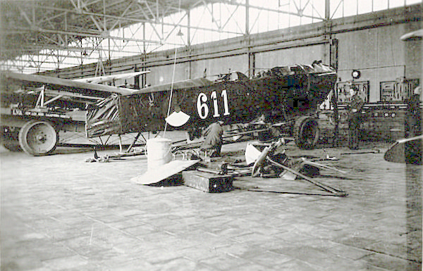 Naam: Foto 17. '611' in hangar. 200 dpi.jpeg Bekeken: 485 Grootte: 407,9 KB