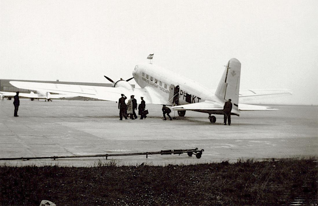 Naam: Foto 31. Tekst bij de foto. Uitstappen der passagiers uit de Toekan bij aankomst op Schiphol.jpg Bekeken: 280 Grootte: 101,9 KB