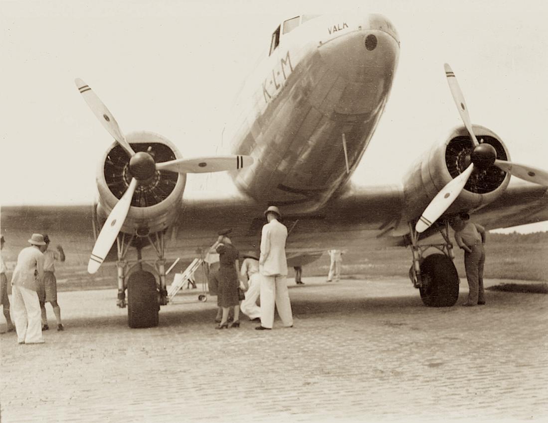 Naam: Foto 199. Douglas DC-3 PH-ALV %22Valk%22 ergens in de tropen, kopie 1100.jpg Bekeken: 209 Grootte: 92,8 KB
