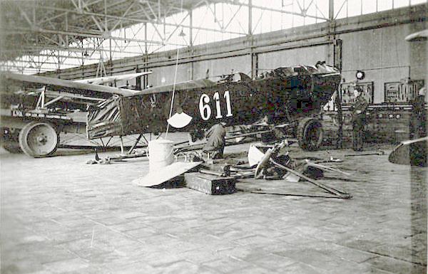 Naam: Foto 17. '611' in hangar. 200 dpi.jpeg Bekeken: 214 Grootte: 407,9 KB