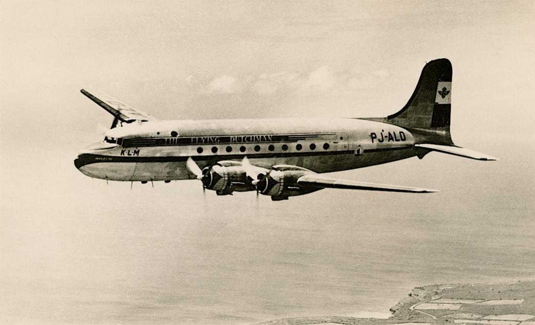 Naam: Kaart 818. PJ-ALO 'Oranjestad' (ex PH-TCO), werd PH-TLO. KLM West Indies Division DC-4 over the .jpg Bekeken: 105 Grootte: 73,2 KB