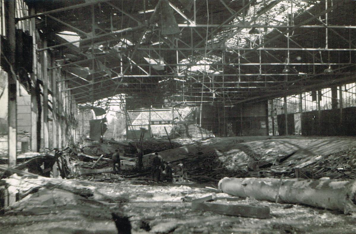 Naam: Foto 3. Fokker fabriek na bombardement, kopie.jpg Bekeken: 1652 Grootte: 160,7 KB