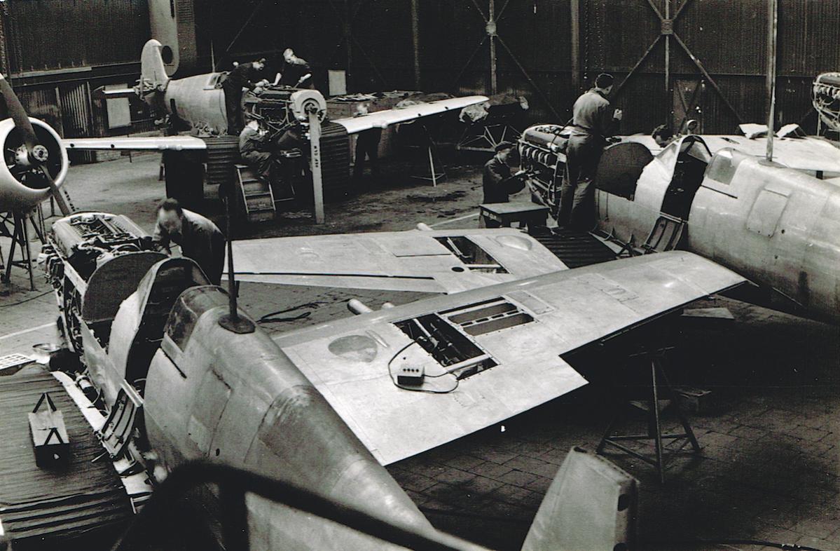 Naam: Foto 7. Fokker fabriek, werk aan Spitfires, kopie.jpg Bekeken: 773 Grootte: 149,7 KB