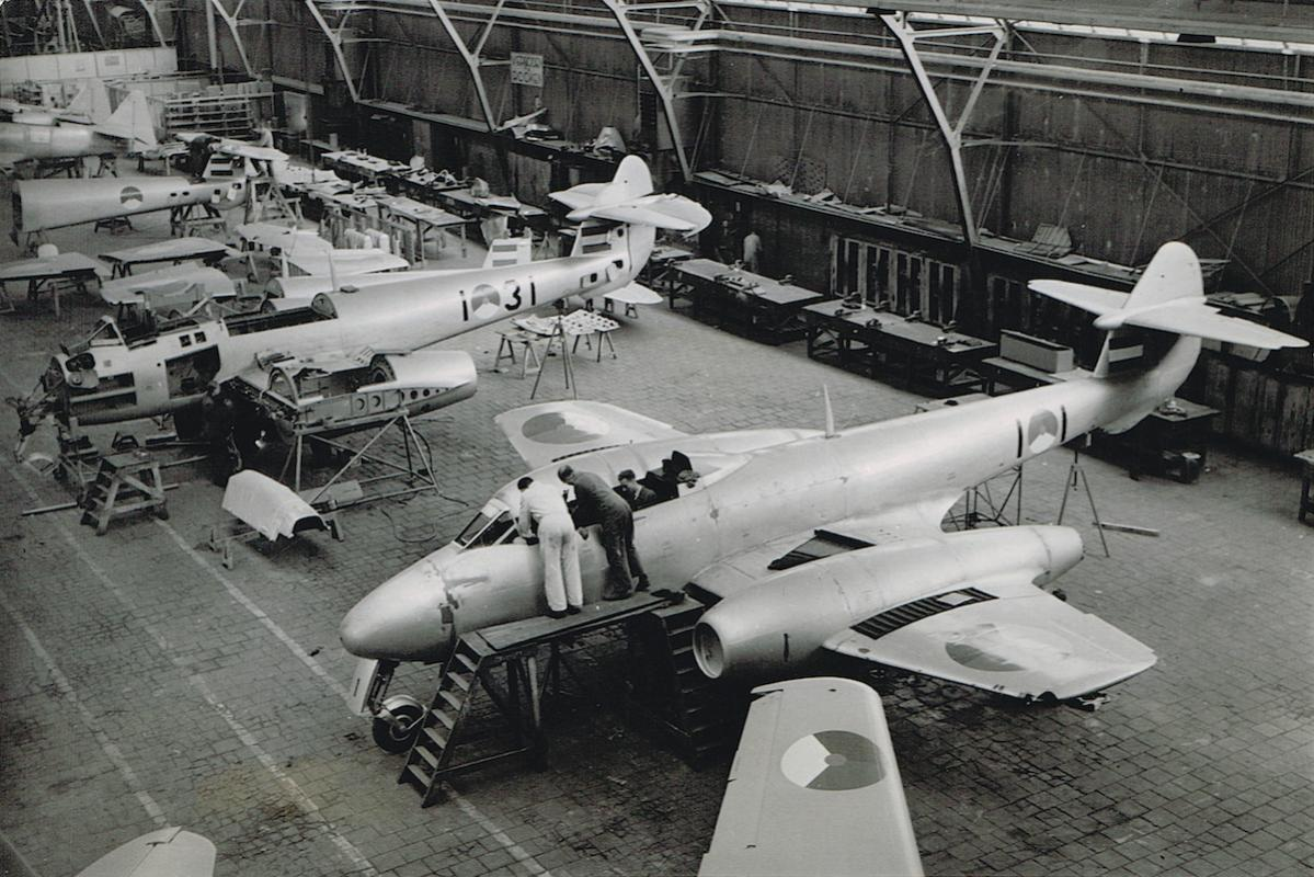 Naam: Foto 8. Fokker fabriek, licentiebouw Meteors 4, kopie.jpg Bekeken: 796 Grootte: 161,2 KB