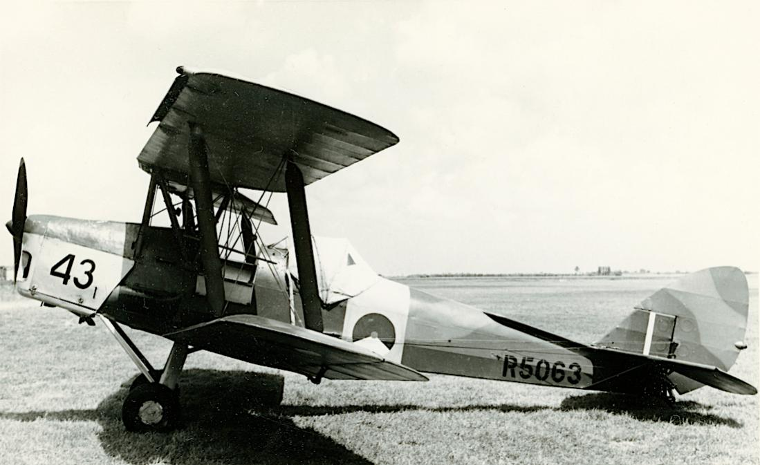 Naam: Foto 230. '43' (RAF R5063), c:n. 82958. De Havilland DH-82 Tiger Moth. Later OO-JEU. 1100 breed.jpg