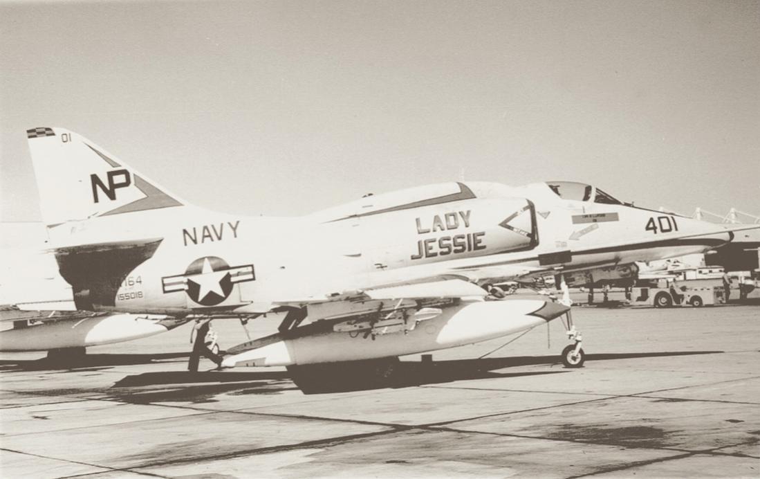 Naam: Foto 688. Douglas A-4F Skyhawk (155018:'401':'NP') 'Lady Jessie'. VA-164. (1972). 1100 breed.jpg Bekeken: 242 Grootte: 77,2 KB