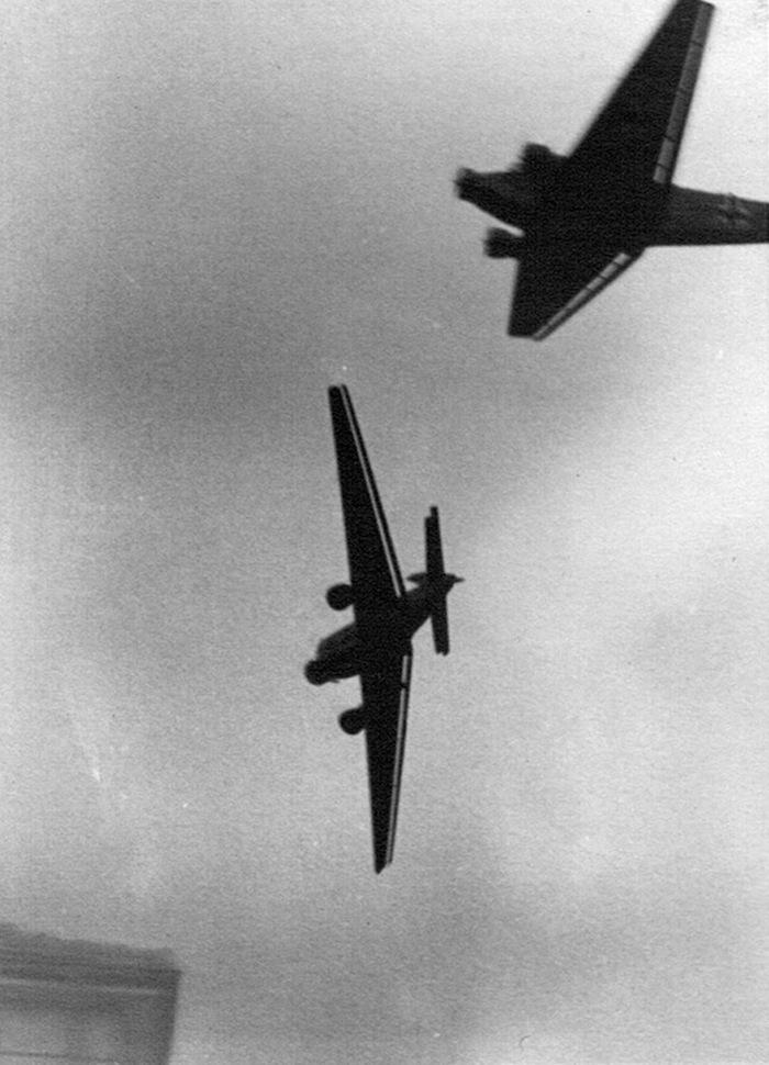 Naam: 14. Ju 52's. Dubbelbelicht of crash?.jpeg Bekeken: 5614 Grootte: 161,2 KB