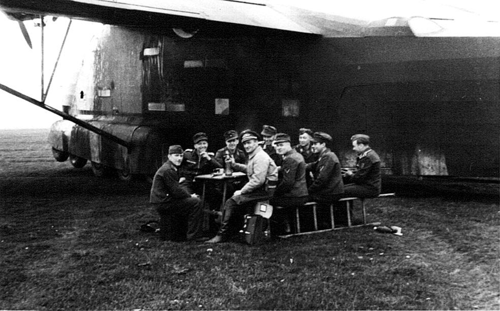 Naam: 25. Me 323, aantal Luftwaffers rond eettafel.jpeg Bekeken: 4958 Grootte: 196,0 KB