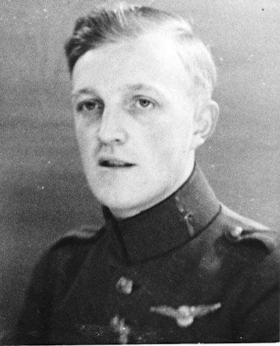 Naam: 0. Reserve sergeant-vlieger J.J. (Hans) de Bruijn, geboren op 21-12-1912 te Delft. NIMH-beeldba.jpeg Bekeken: 515 Grootte: 40,6 KB