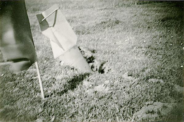 Naam: Foto 115. 1940-05:na 15-5? Tekststrip: Niet ontplofte vliegerbom. Plm. 250 K.G. Omtrek Ypenburg..jpg Bekeken: 129 Grootte: 58,1 KB