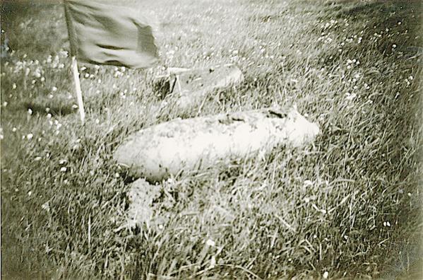 Naam: Foto 117. 1940-05:na 15-5? Tekststrip: Niet ontplofte vliegerbom, waarvan de staart is afgeslage.jpg Bekeken: 125 Grootte: 71,3 KB