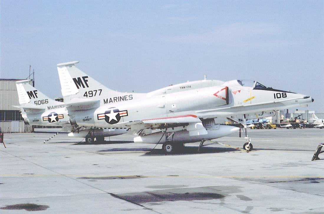 Naam: Foto 673. Douglas A-4F (154977). US Marines, VMA-134. 1978. 1100 breed.jpg Bekeken: 242 Grootte: 81,2 KB
