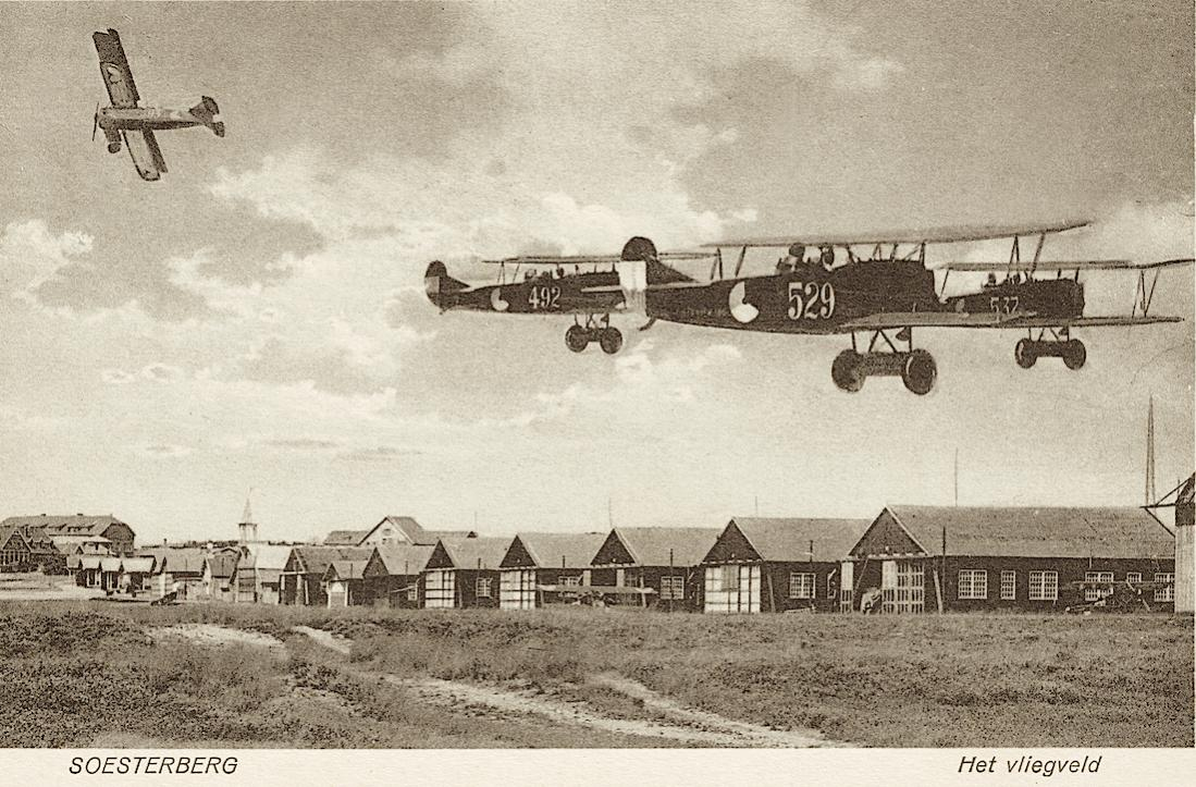 Naam: Kaart 829. Soesterberg. Het vliegveld. Fokker C.I's. 1100 breed.jpg Bekeken: 48 Grootte: 156,9 KB