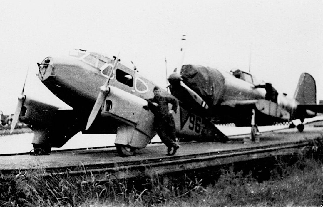 Naam: Foto 105. '962' DH-90 Dragonfly + Douglas DB-8A:3N op dekschuit. Slechte foto.jpg Bekeken: 226 Grootte: 102,5 KB